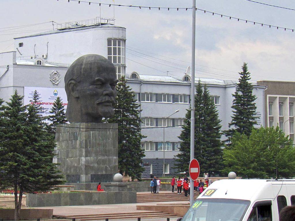 Россия. Улан-Удэ, площадь Советов. Памятник Ленину.