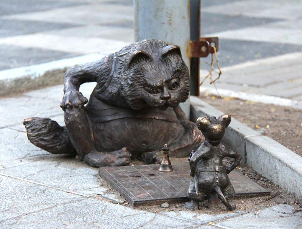 """Скульптурная композиция """"Кот и мышь"""". Улан-Удэ."""