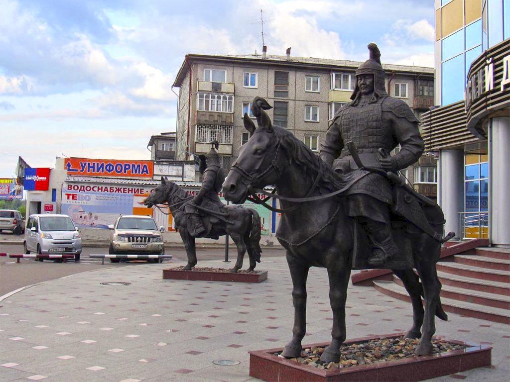"Скульптурная композиция ""Два всадника"". Улан-Удэ."