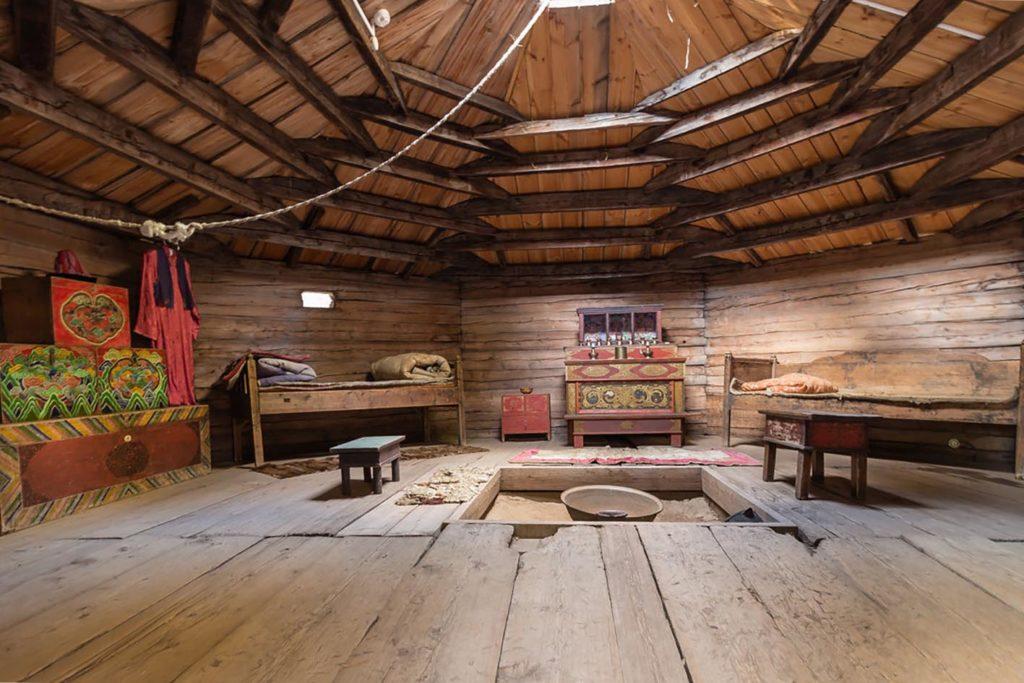 Этнографический музей. Восьмистенная деревянная юрты из летника. Внутреннее убранство.