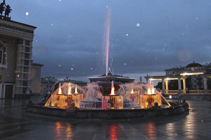 Светомузыкальный фонтан у Оперного театра в Улан-Удэ.
