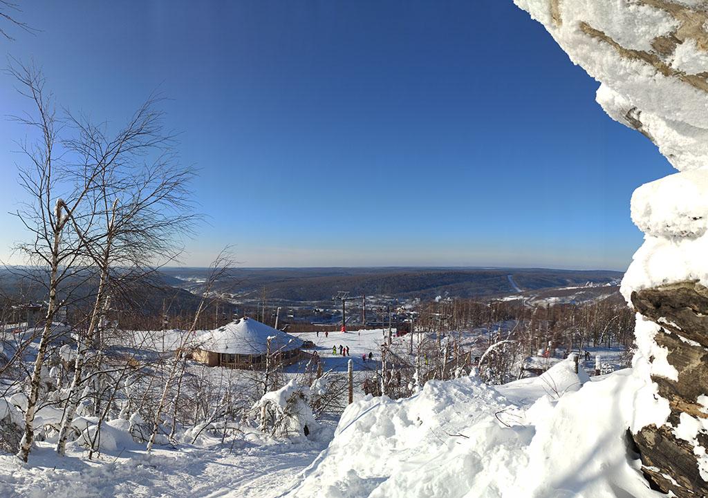 Губаха. Вид с горы Крестовой на горнолыжные склоны